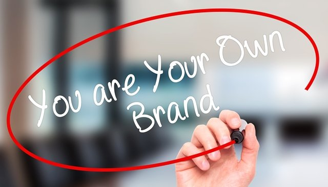 imagen de mano escribiendo acerca de marca personal