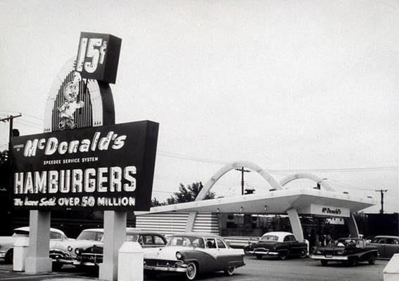 imagen original de uno de los primeros locales de McDonalds en Estados Unidos