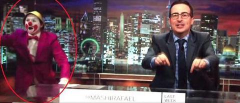 imagen de john oliver en su show junto a payaso similar a Tiko tiko de ecuador