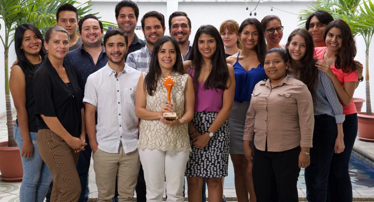 imagen del equipo de Crealegis ganador del premio Caribe Naranja a la economia naranja de Ecuador